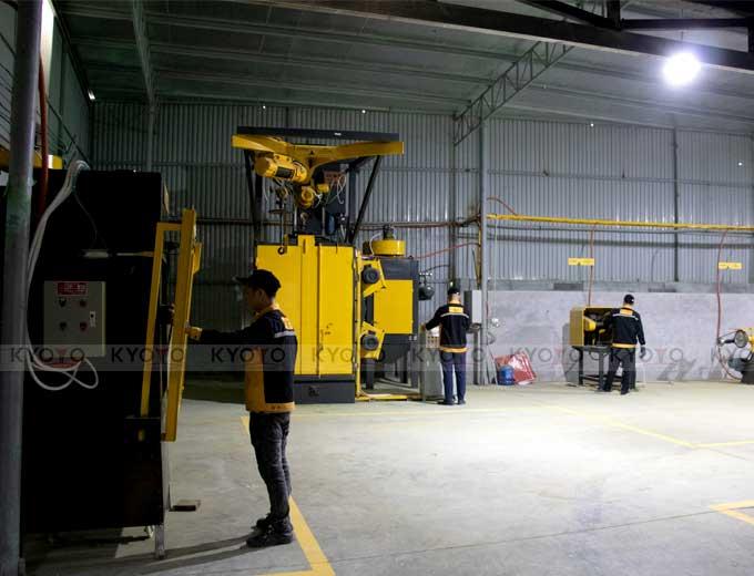 Các công nhân đúc kim loại Kyoyo đang hoàn thiện sản phẩm